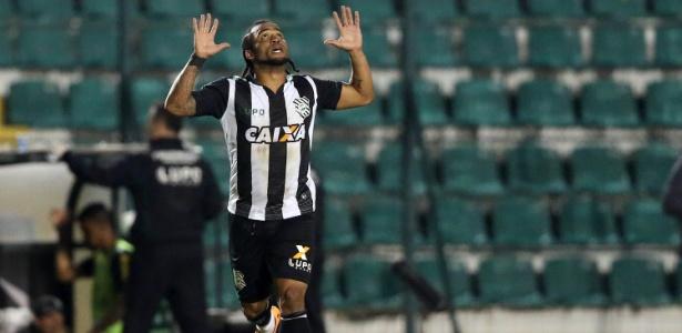 Meia Carlos Alberto comemora gol com a camisa do Figueirense, seu clube atual