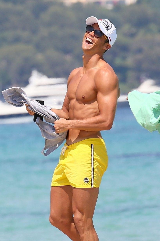 Cristiano Ronaldo rindo a toa nas férias em Saint Tropez, na França