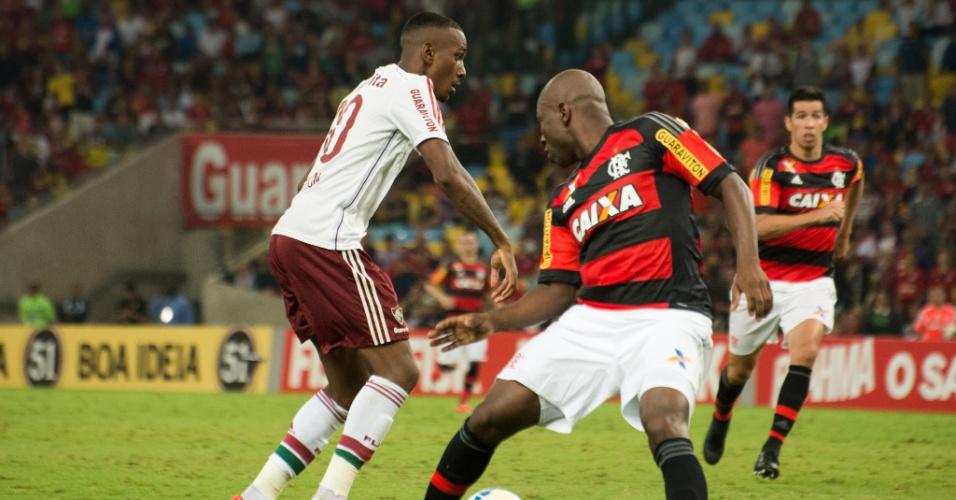 Gerson corta Armero antes de tocar para Fred fazer o terceiro do Fluminense