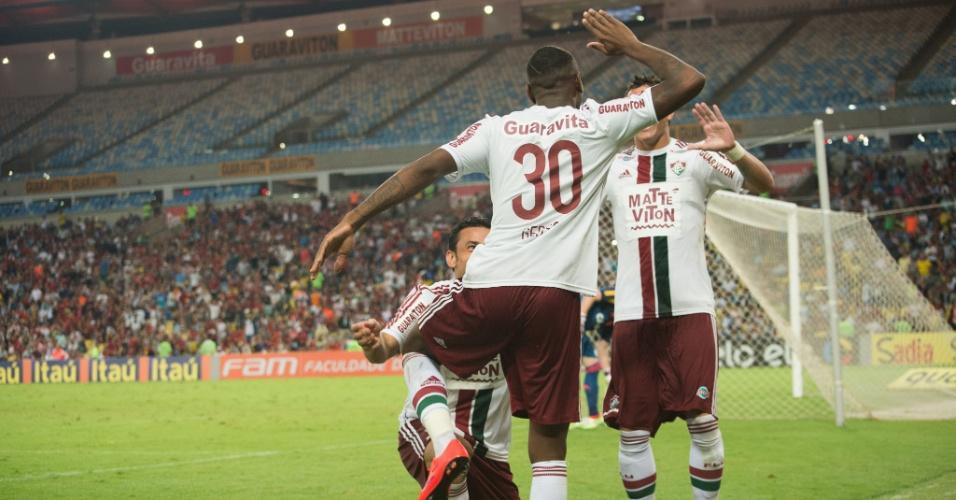 Gerson e Fred comemoram o terceiro gol do Fluminense