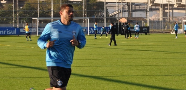 Edinho é um dos jogadores que terá situação no elenco do Grêmio avaliada pelo futebol