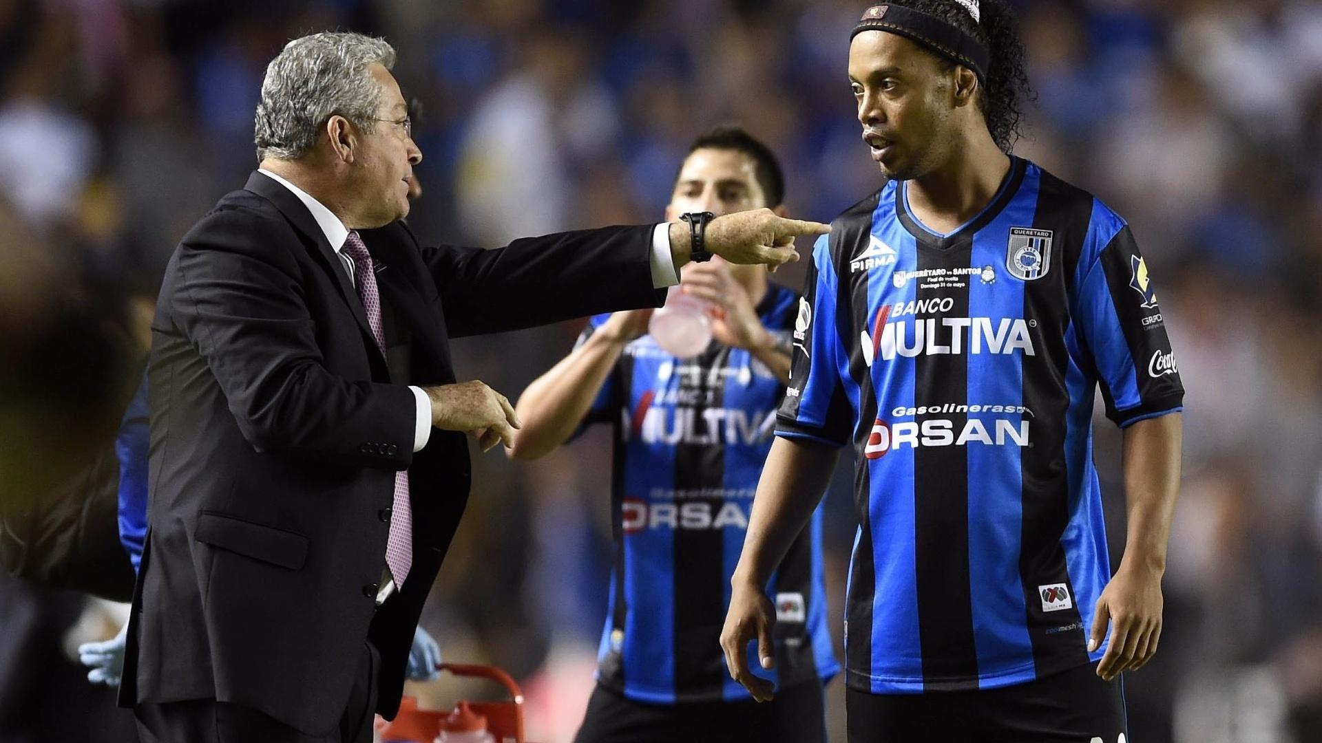 Manuel Vucetich, técnico do Querétaro, orienta Ronaldinho na partida contra o Santos Laguna pelas finais do Clausura 2015 do Campeonato Mexicano