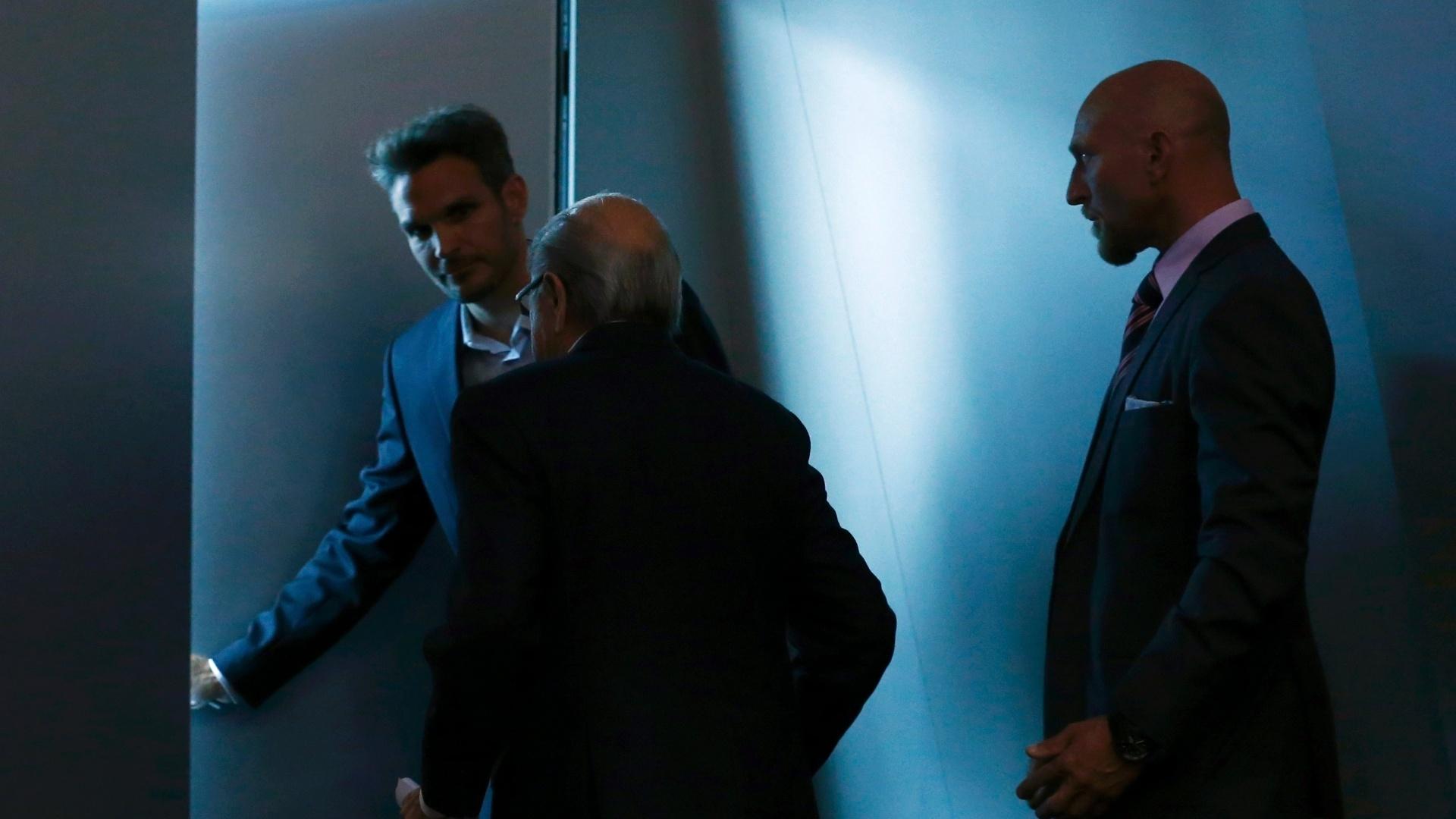 ''Um novo presidente será eleito para me suceder. Vou continuar a exercer minha função como presidente até um novo presidente ser escolhido'', afirmou Blatter em um pronunciamento realizado na sede da Fifa.