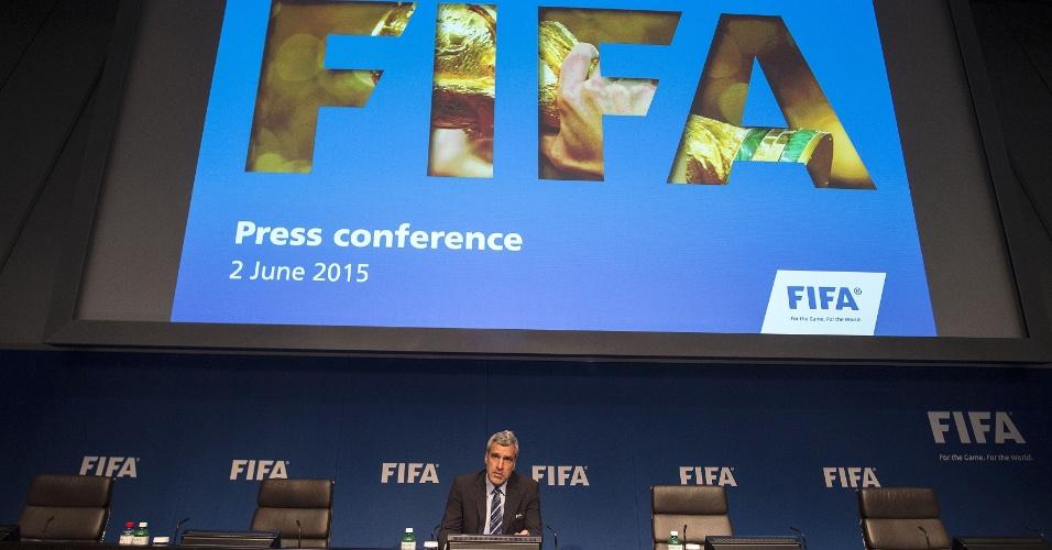 Walter de Gregorio, diretor de comunicação da Fifa, fala à imprensa durante a coletiva surpresa