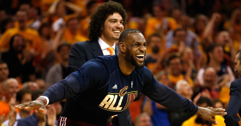 Anderson Varejão (ao fundo) aplaude companheiros durante os playoffs da NBA