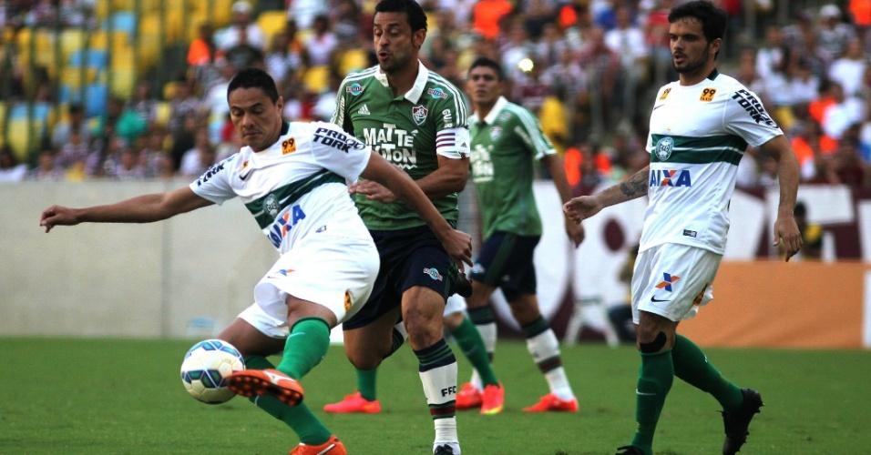 Fred (dir.), do Fluminense, tenta marcar Helder, do Coritiba, durante partida pelo Campeonato Brasileiro nesta quinta-feira (4)