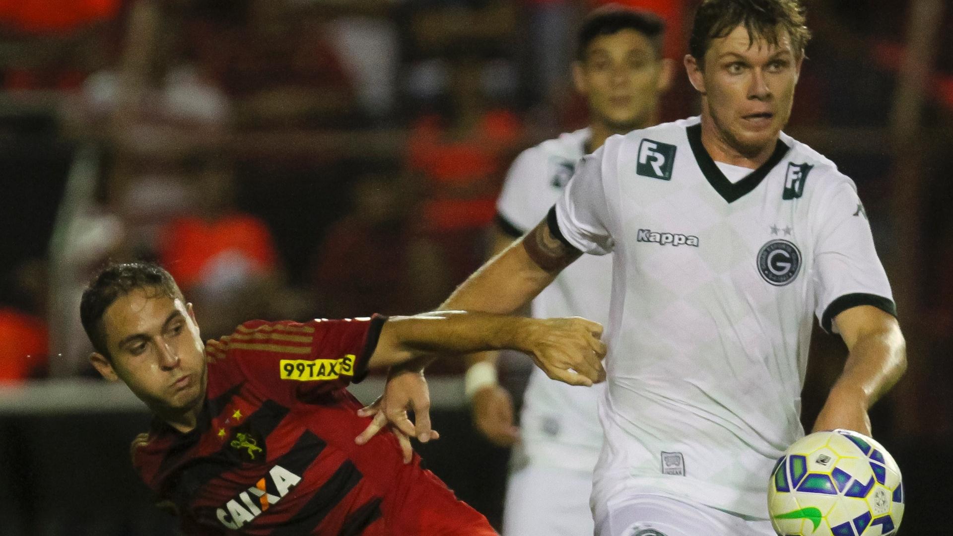 Regis, do Sport (esq.) disputa lance com Rafael Forster, do Goiás, durante partida contra o Goiás, em partida nesta quinta-feira (4), pelo Campeonato Brasileiro