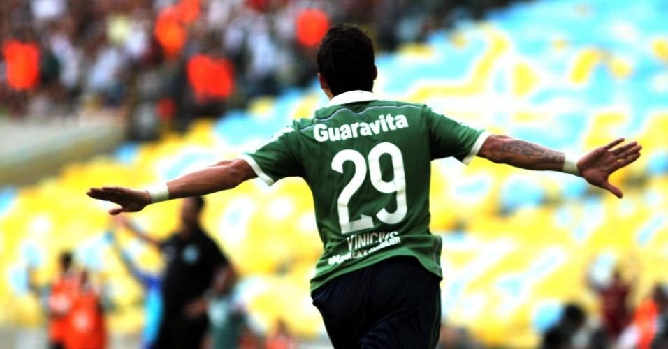 Vinicius comemora após abrir o placar para o Fluminense, em partida contra o Coritiba nesta quinta-feira (4), pelo Campeonato Brasileiro