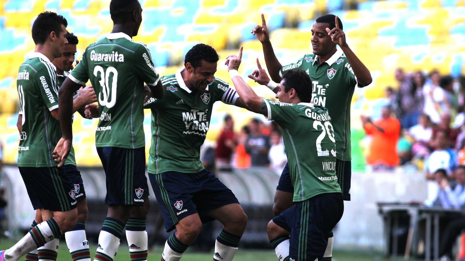 Vinicius comemora com jogadores do Fluminense, após abrir o placar para o time, em partida contra o Coritiba nesta quinta-feira (4), pelo Campeonato Brasileiro