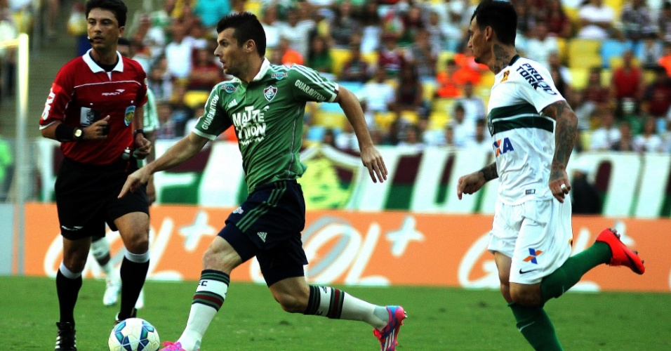 Wagner (esq.), do Fluminense, carrega a bola enquanto João Paulo, do Coritiba, tenta marcá-lo, durante partida pelo Campeonato Brasileiro nesta quinta-feira (4)