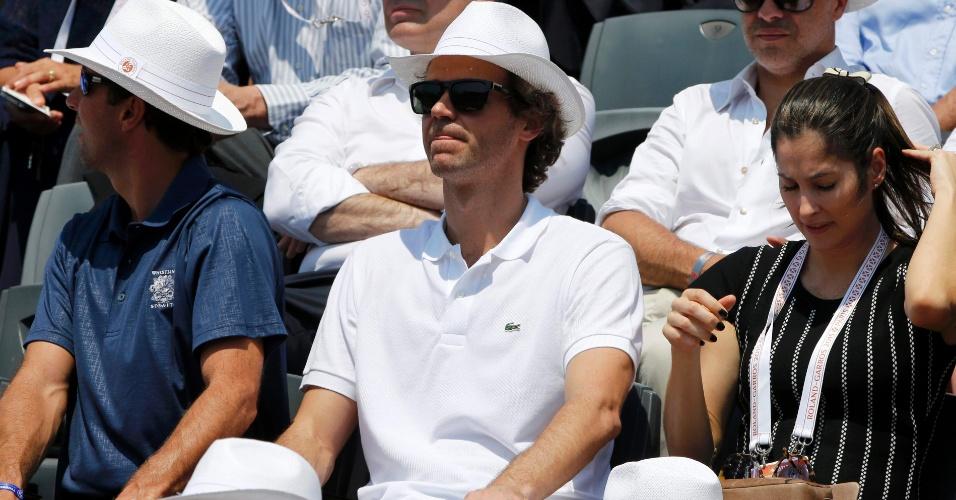 Gustavo Kuerten acompanha semifinal de Roland Garros da tribuna