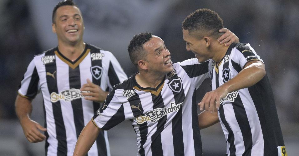 Lulinha (centro) comemora após marcar o terceiro gol do Botafogo, durante partida contra o Mogi Mirim, pela Série B do Campeonato Brasileiro