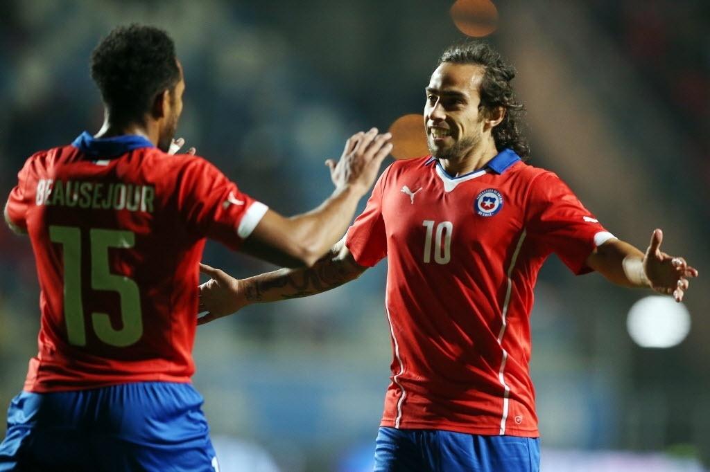 Valdivia (dir.), comemora gol pelo Chile, em amistoso contra El Salvador