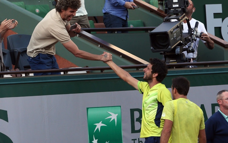 Ao lado de Ivan Dodig (d), Marcelo Melo (c) cumprimenta Gustavo Kuerten após conquistar o título de duplas de Roland Garros