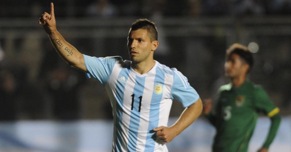Atacante Sergio Aguero comemora gol da Argentina sobre a Bolívia em amistoso
