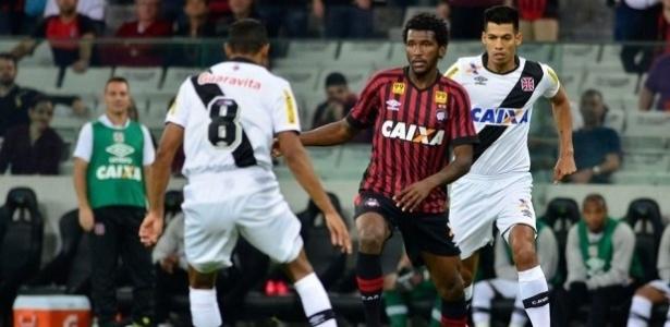 Douglas Coutinho, do Atlético-PR, está na mira do Cruzeiro para a próxima temporada