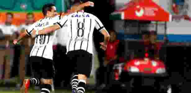 Jadson (esq.) e Renato Augusto comemora gol do Corinthians durante a partida contra o Joinville, neste sábado (6), pelo Campeonato Brasileiro - CARLOS JR/FUTURA PRESS/FUTURA PRESS/ESTADÃO CONTEÚDO - CARLOS JR/FUTURA PRESS/FUTURA PRESS/ESTADÃO CONTEÚDO