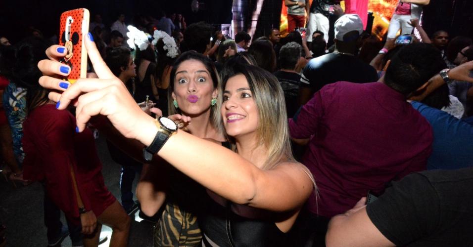 06.jun.2015 - O jogador Ronaldinho Gaúcho participou de uma gravação em uma boate do Rio de Janeiro neste sábado. Ele cantou e gravou com a dupla João Lucas & Marcelo 'o clipe da música