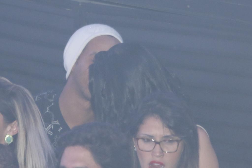06.jun.2015 - Parece até que uma das belas mulheres da balada caiu nas graças do Ronaldinho, que a beijou durante a festa