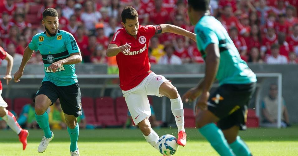 07.jun.2015 - Nilmar domina a bola durante jogo entre Internacional e Coritiba