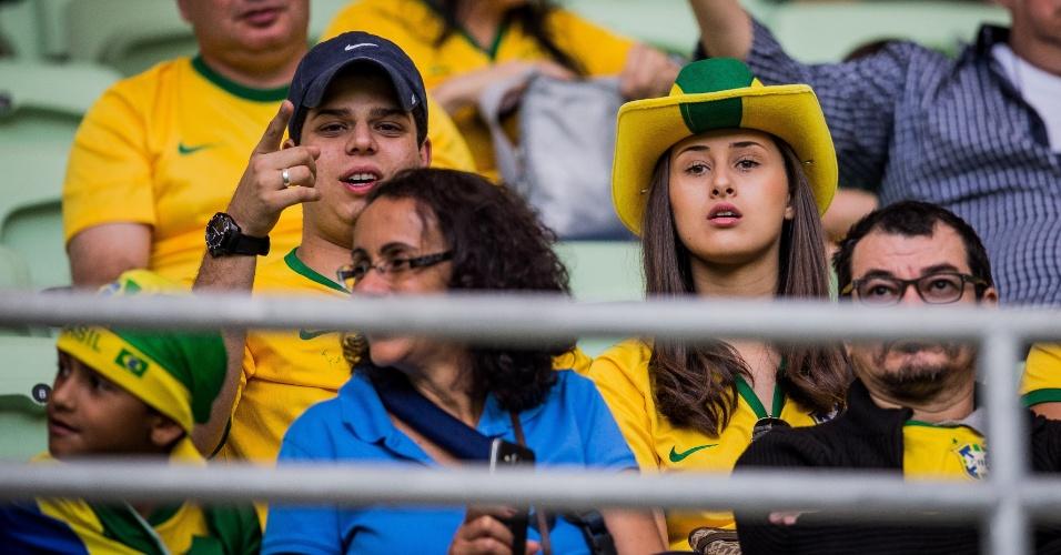 Casal de torcedores aguarda o início do amistoso da seleção brasileira contra o México, no Allianz Parque
