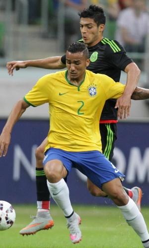 Danilo, lateral da seleção brasileira, sofre com a marcação de Raul Jimenez, do México, em amistoso realizado no Allianz Parque