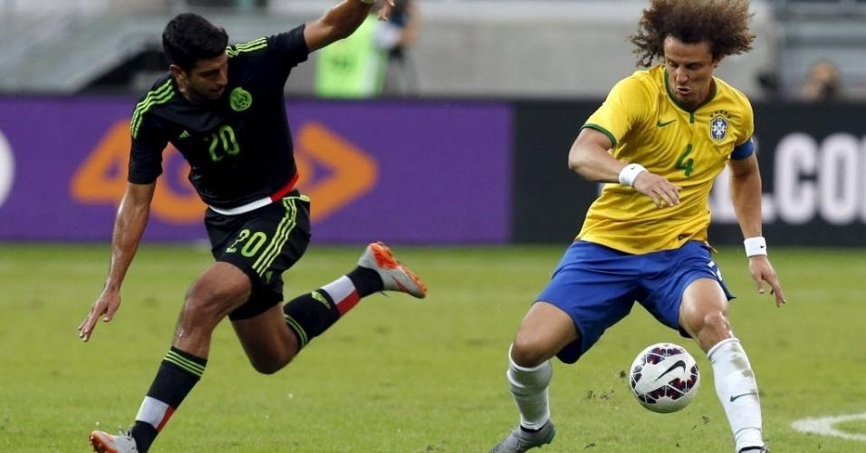 David Luiz (dir.), do Brasil, disputa bola com Eduardo Herrera, do México durante amistoso realizado neste domingo (7), em São Paulo
