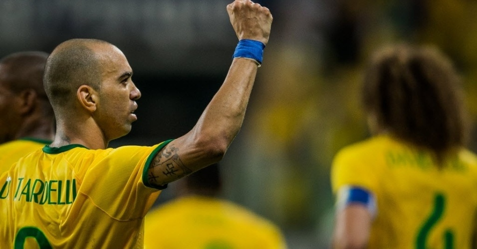 Diego Tardelli comemora após marcar segundo gol da seleção brasileira, durante amistoso contra o México, neste domingo (7)