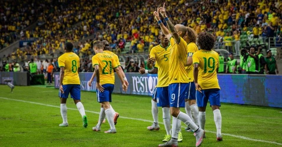 Diego Tardelli comemora após marcar segundo gol do Brasil em amistoso contra o México, neste domingo (7)