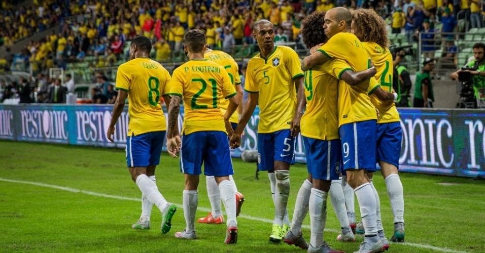 Diego Tardelli comemora com companheiros de seleção brasileira, após marcar segundo gol do Brasil em amistoso contra o México, neste domingo (7)