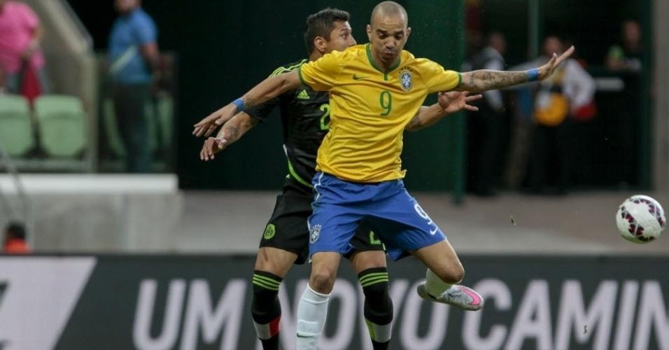 Diego Tardelli, da seleção brasileira, disputa bola com mexicano Julio Cesar Dominguez, durante amistoso realizado neste domingo (7), em São Paulo