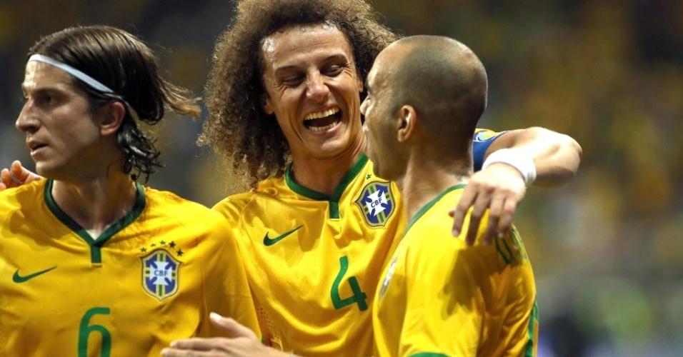 Diego Tardelli (dir.) comemora com David Luiz (centro) e Filipe Luis, após marcar segundo gol da seleção brasileira, durante amistoso contra o México, neste domingo (7)