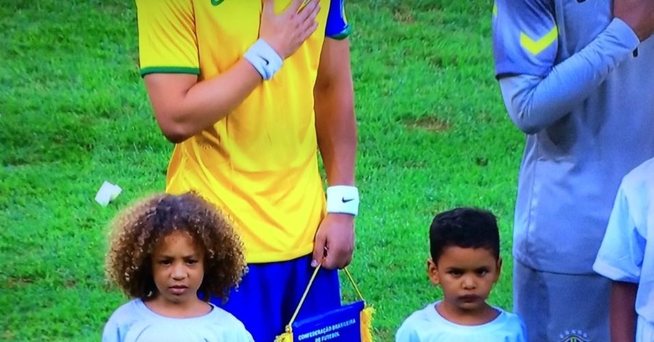 Duas das crianças que entraram junto com os jogadores da seleção brasileira eram