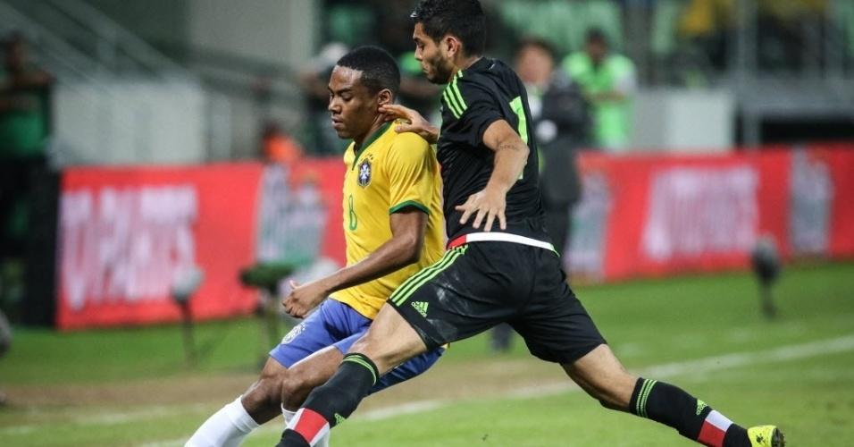 Elias (esq.), da seleção brasileira, disputa bola com mexicano José de Jesús Corona, durante amistoso entre Brasil e México, realizado neste domingo (7), em São Paulo