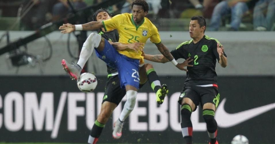 Fred, da seleção brasileira, disputa bola com os mexicanos Gerardo Flores (esq.) e Julio Cesar Domínguez (dir.), durante amistoso neste domingo (7)