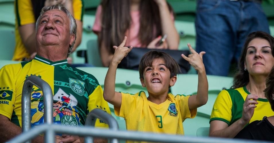Garotinho faz careta ao se ver no telão do Allianz Parque antes do amistoso da seleção brasileira, que enfrenta o México na preparação para a Copa América