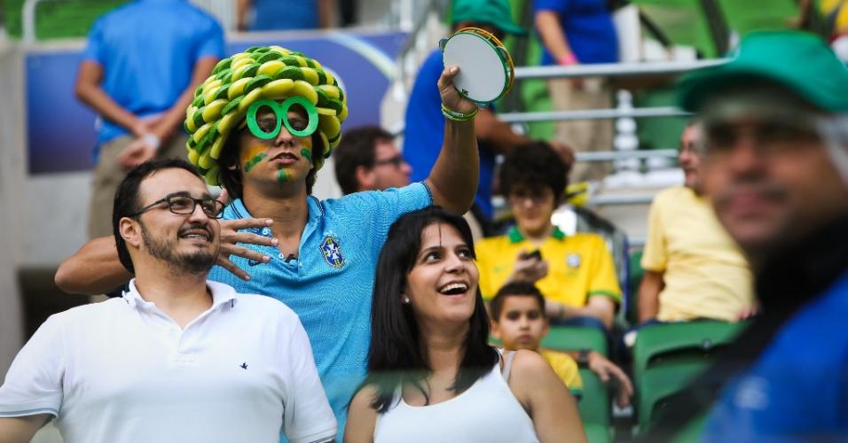 Grupo de torcedores, vestido a caráter, aguarda o início do amistoso entre Brasil e México no Allianz Parque