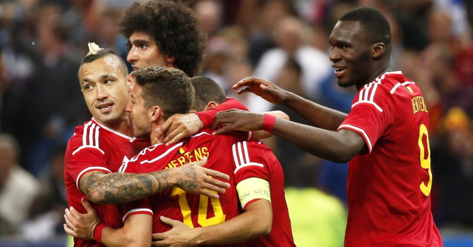 Jogadores da Bélgica comemoram gol contra a França em amistoso