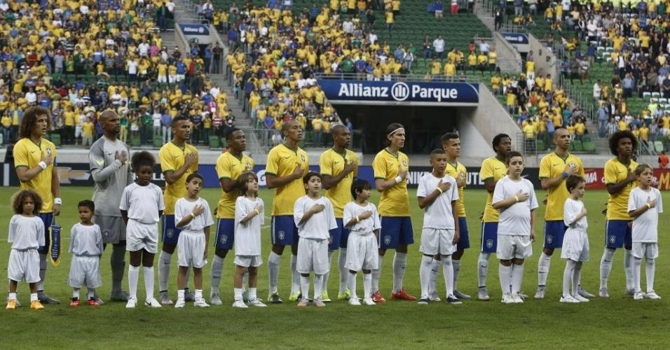 Jogadores da seleção brasileira acompanham a execução do hino nacional antes do início do amistoso entre Brasil e México, neste domingo (7), em São Paulo