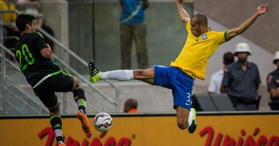 Miranda, da seleção brasileira, disputa bola com o mexicano Eduardo Herrera, durante amistoso realizado neste domingo (7)