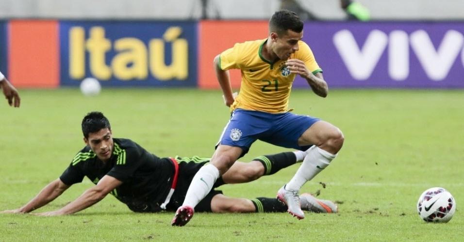 Philippe Coutinho (dir.), do Brasil, deixa Raul Jimenez, do México, no chão, em disputa de bola durante amistoso realizado neste domingo (7), em São Paulo