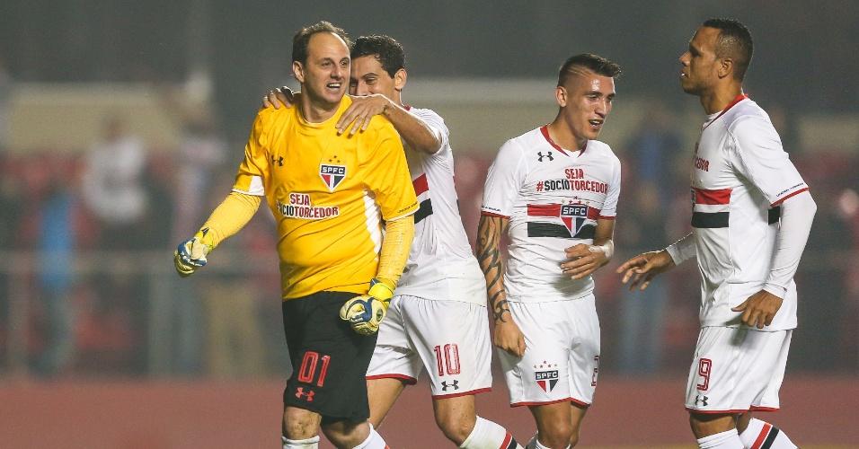 Rogério Ceni comemora gol marcado contra o Santos, na vitória do São Paulo por 3 a 2