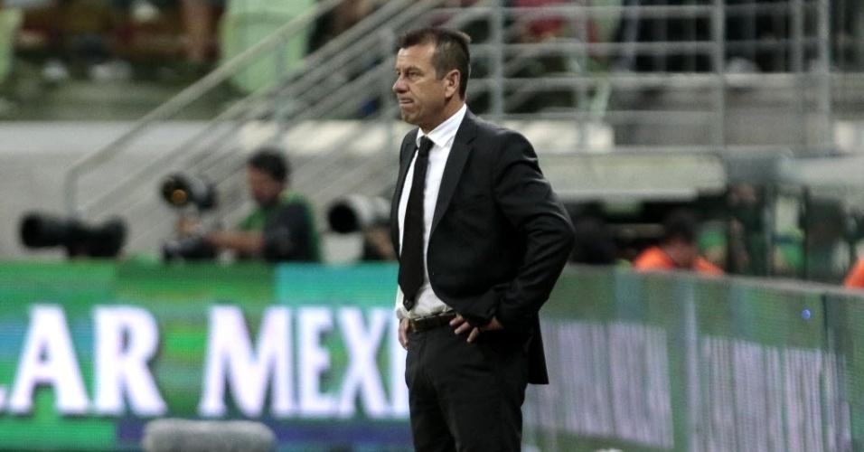 Técnico da seleção brasileira, Dunga observa amistoso entre Brasil e México, neste domingo (7), em São Paulo