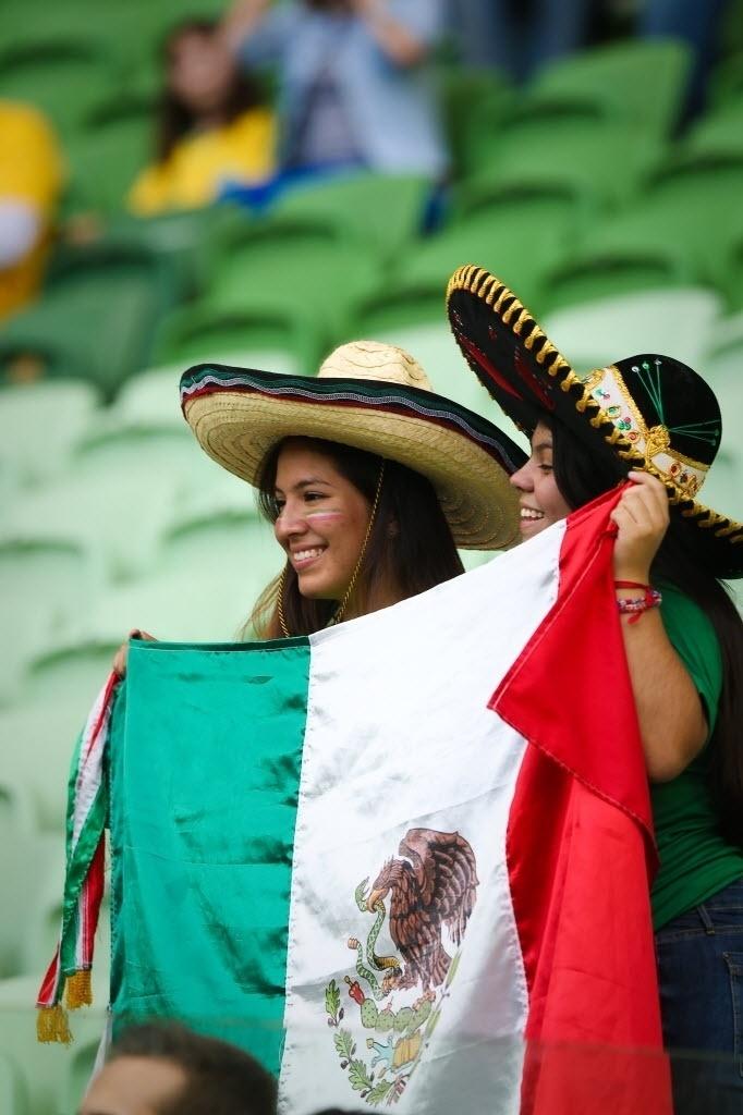 Torcedoras mostram bandeira do México durante início de amistoso com o Brasil, no Allianz Parque, em São Paulo