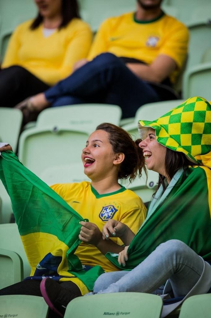 Torcedoras reagem ao se verem no telão do Allianz Parque, enquanto aguardam início do amistoso entre Brasil e México, neste domingo (7)