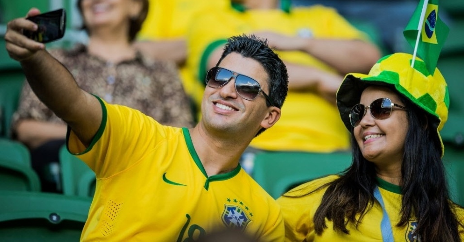 Torcedores brasileiros aguardam o início do amistoso entre Brasil e México, realizado neste domingo (7), no estádio Allianz Parque, em São Paulo