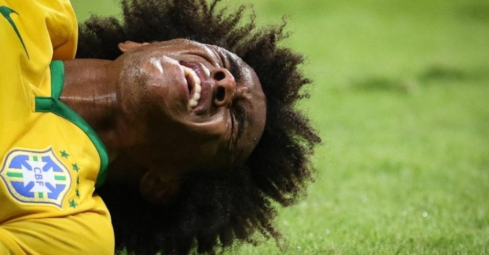 Willian sente dor após jogada durante amistoso entre Brasil e México, realizado neste domingo (7), em São Paulo