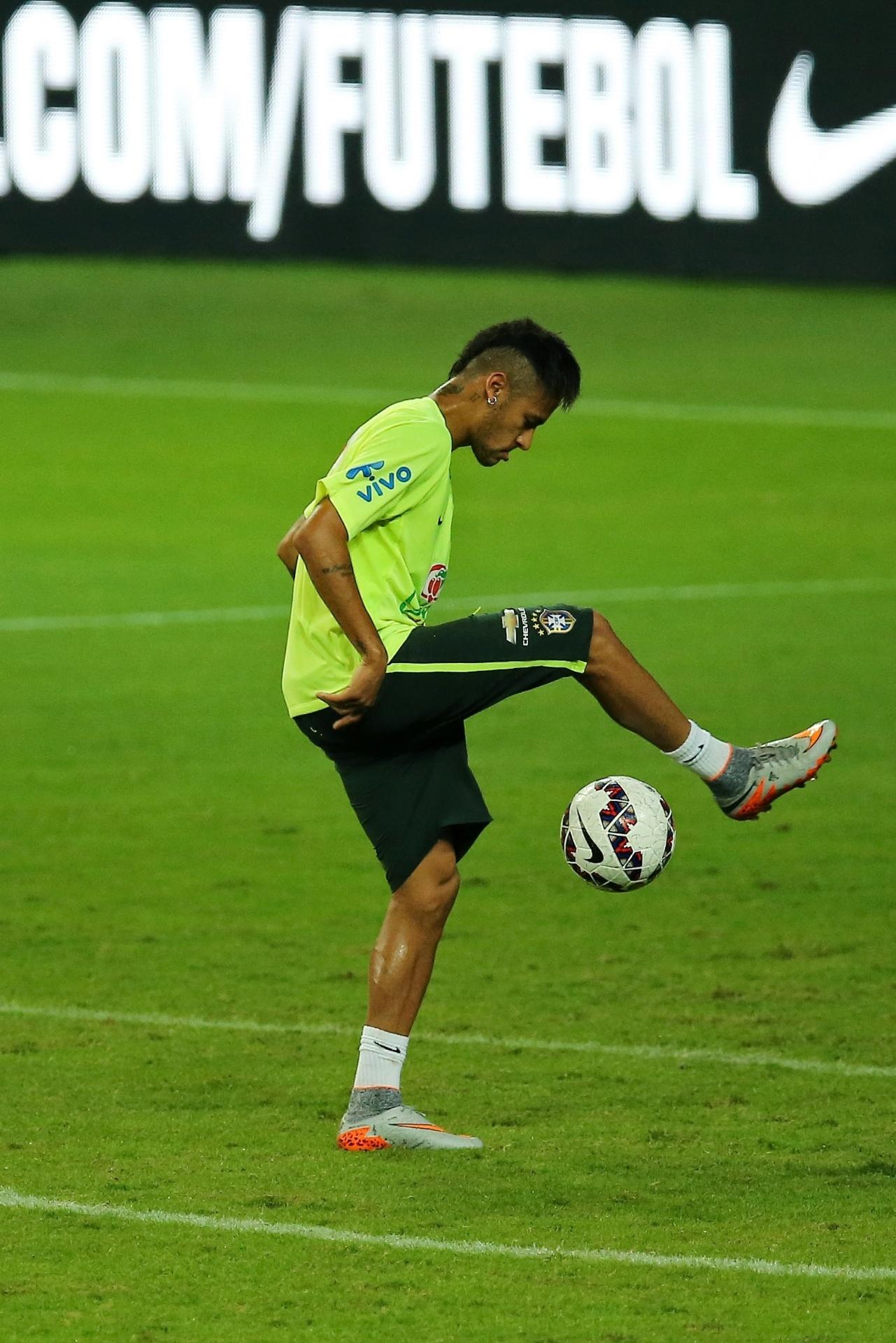 Malabarismos de Neymar marcaram o treino da seleção brasileira