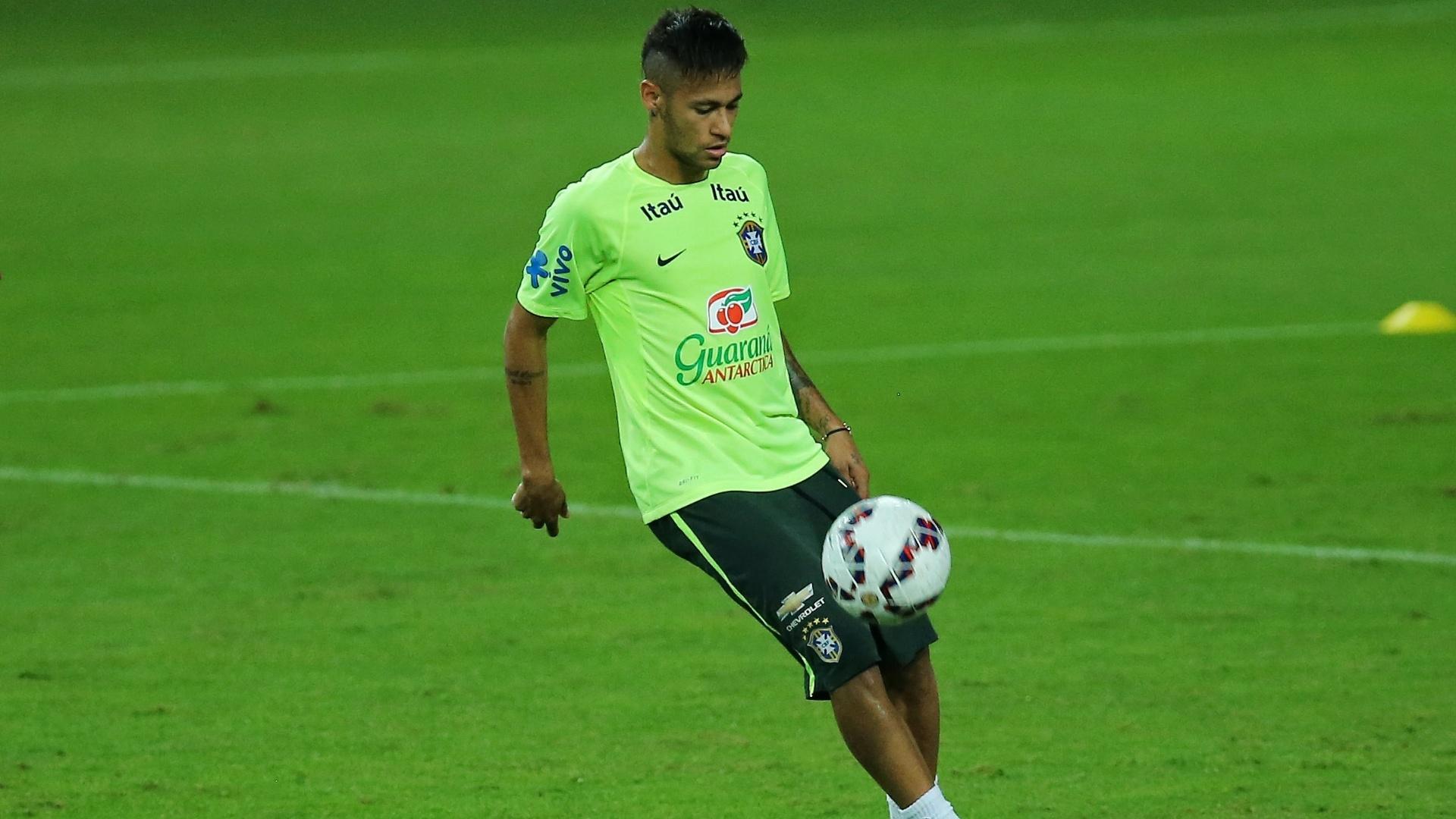 Neymar faz embaixadinhas durante o treino