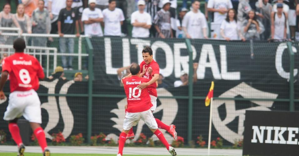 Nilmar comemora com D'Alessandro golaço marcado em Corinthians x Inter, em 2009